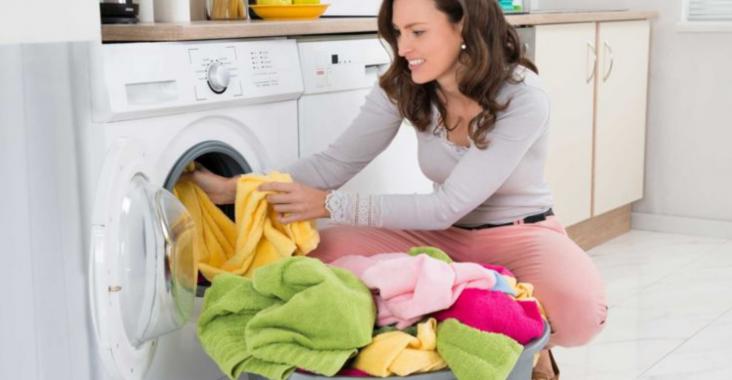 femme utilise mahcine a laver