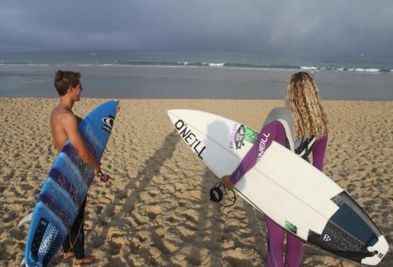 Plage lacanau et surfeur